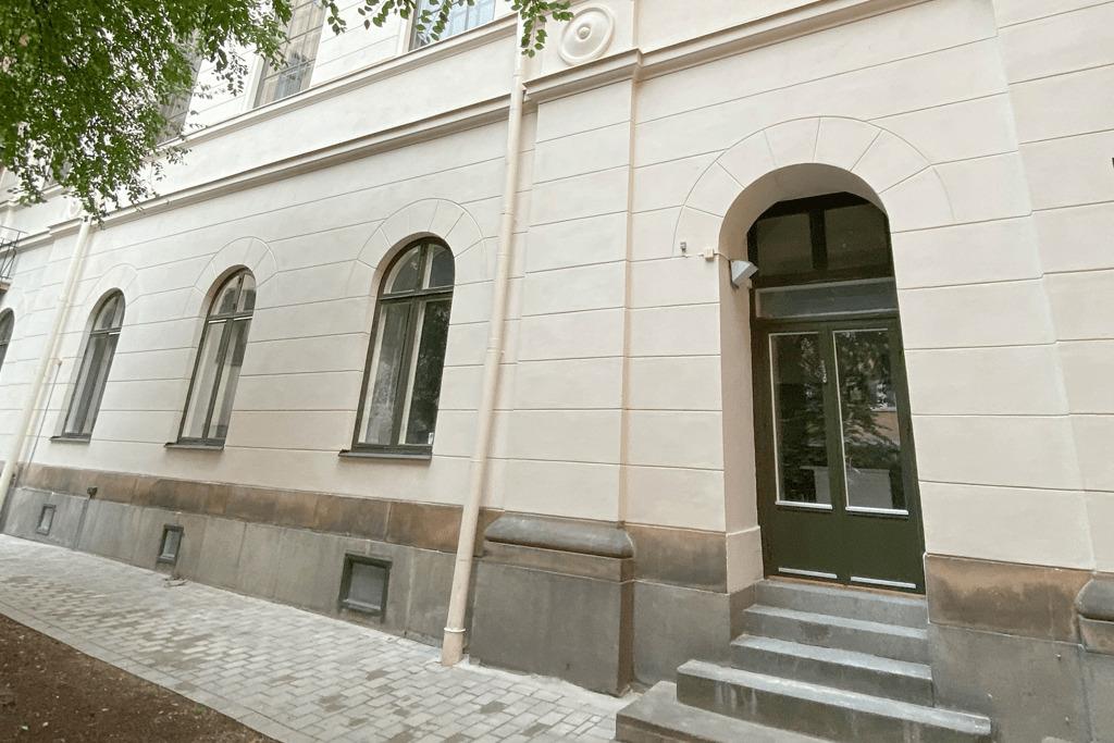 vit fasad med dörr och fönster